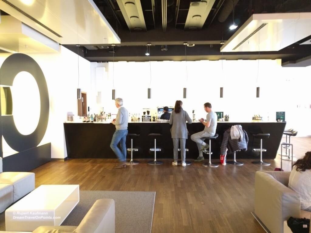 LH Senator Lounge FRA B4x Bar