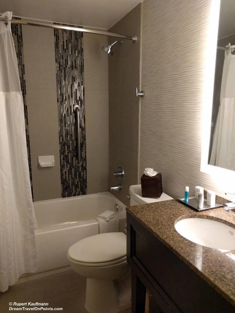 CAL WyndhamStMonica Bath1