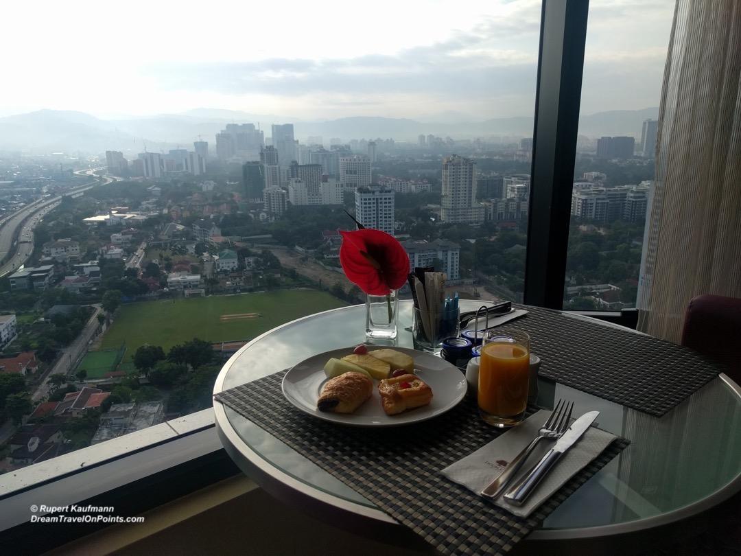 kul-doubletree-execlounge-breakfast