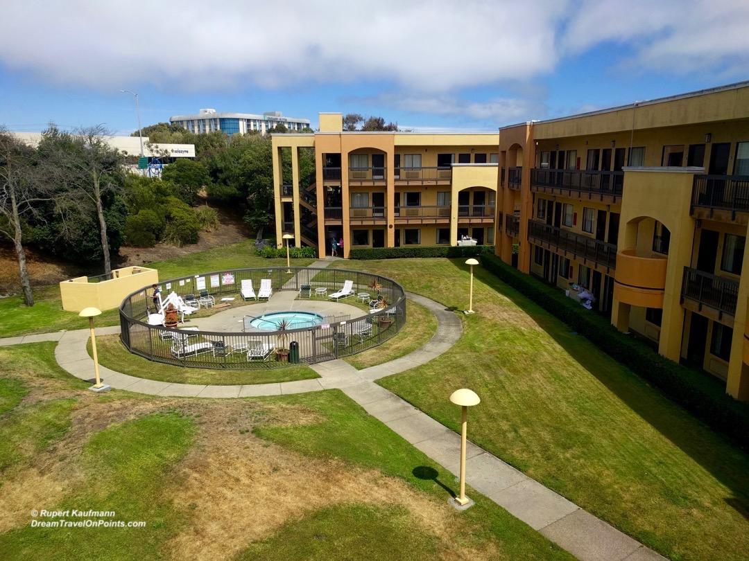 cal-comfortinn-sfo-poolcourtyard